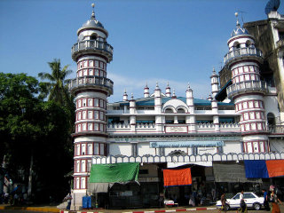 Bengali Sunni Jameh Mosque © User:Hintha